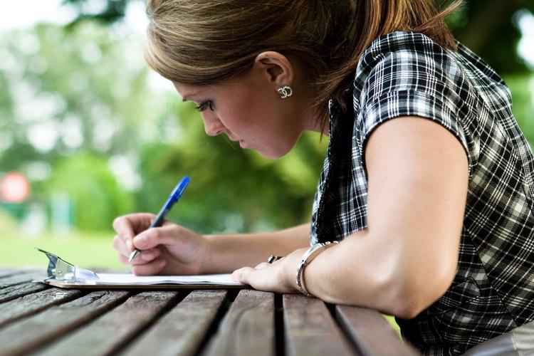 Haz que la viuda sepa que estás pensando en ella, escribiéndole una carta.