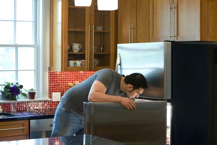 Limpiar tu refrigerador con frecuencia con lejía puede prevenir la propagación de bacterias dañinas.