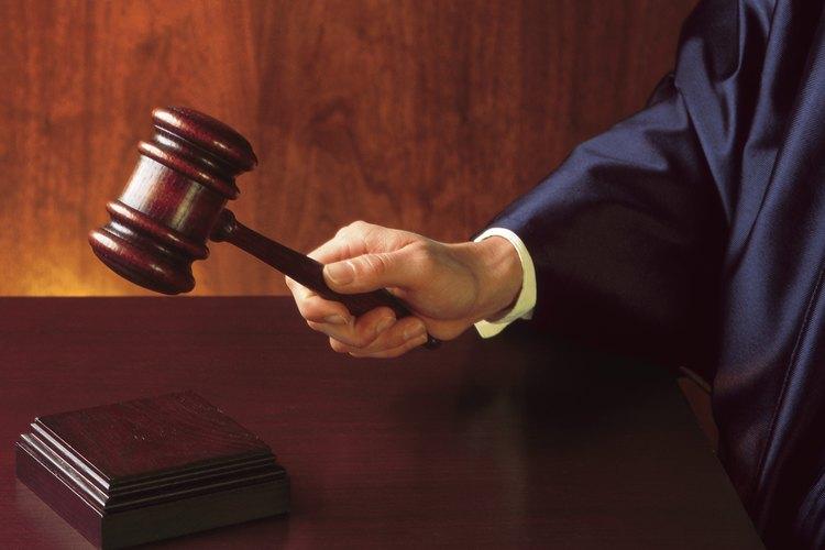 El tribunal puede emitir una sentencia en rebeldía en tu contra si no respondes a una demanda.