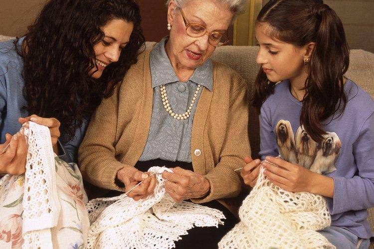 Los adolescentes pueden aprender mucho si entablan lazos con un abuelo mientras realizan algún proyecto artístico.
