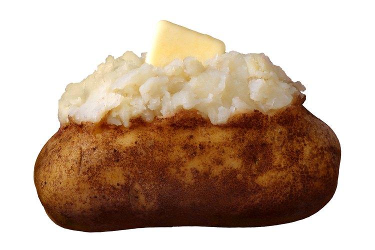 La mantequilla está fuera de los límites de una dieta vegana, pero un chorrito de aceite de oliva sobre una papa al horno funciona bien.