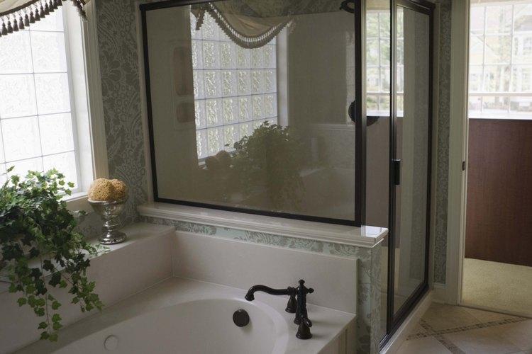 Haz que tu baño luzca muy bien con cortinas para las ventanas.