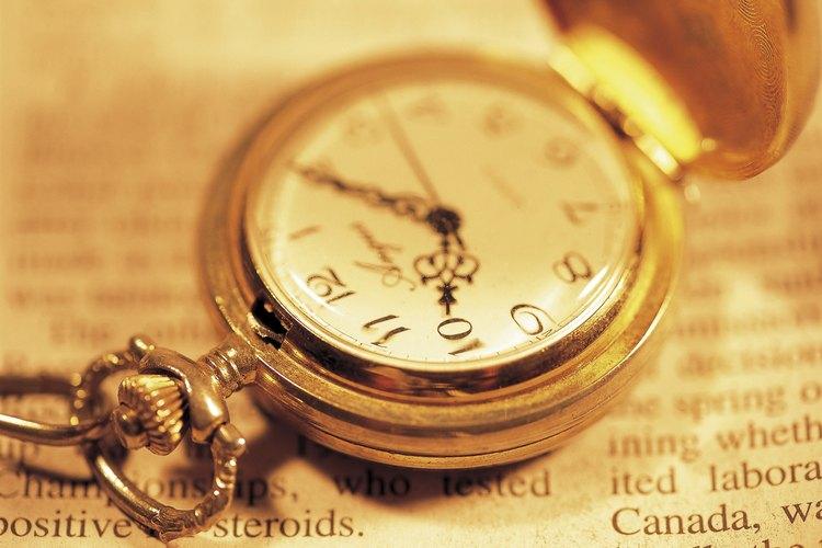 Los relojes de bolsillo están grabados en la parte posterior, superior o debajo de la tapa.