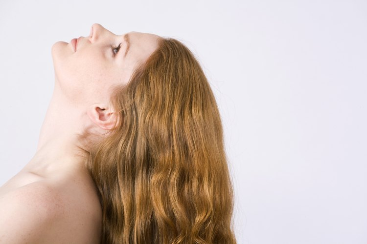 No laves tu cabello antes de teñirlo para permitir que éste absorba la mayor cantidad de tintura posible.