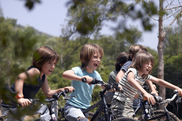 A los seis años de edad un niño debería ser capaz de andar en bicicleta.