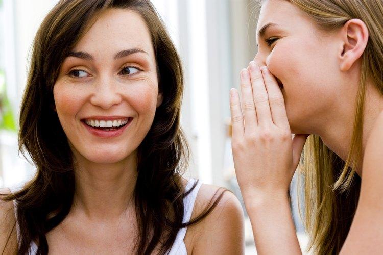Una mujer murmurando un secreto.