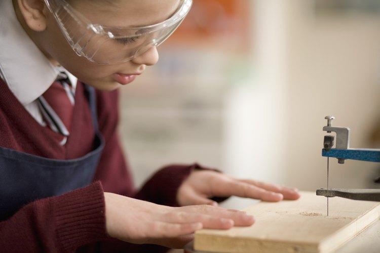 Las sierras caladoras son una herramienta excelente para cortar baldosas de cerámica.