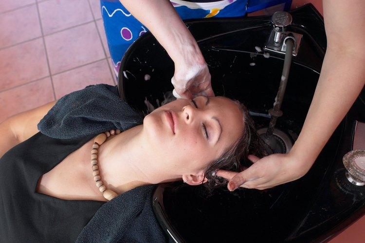 Muchos cosmetólogos prestan servicios de cuidado personal más allá del peinado y cuidado del cabello.