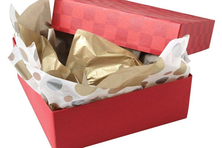 El papel de seda se utiliza a menudo para proteger regalos.