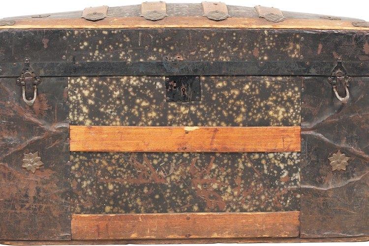 Si no tienes un cofre de aspecto viejo, haz uno con una caja de zapatos.