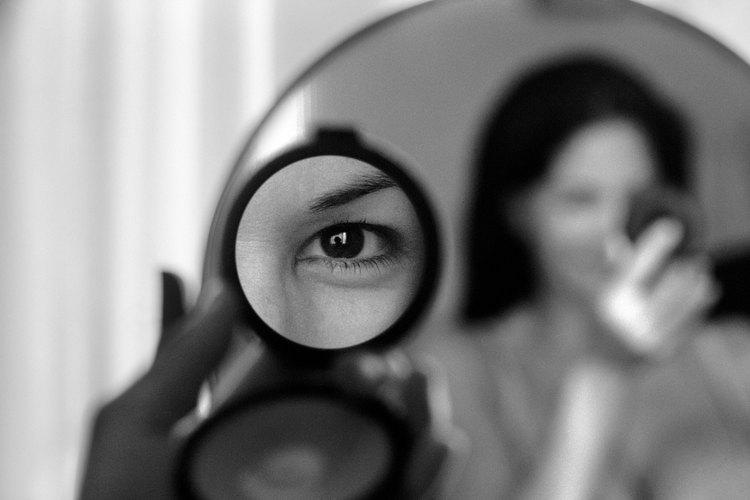 Puedes hacer un espejo de doble vista usando las mismas técnicas que proporcionan privacidad o protección del sol.