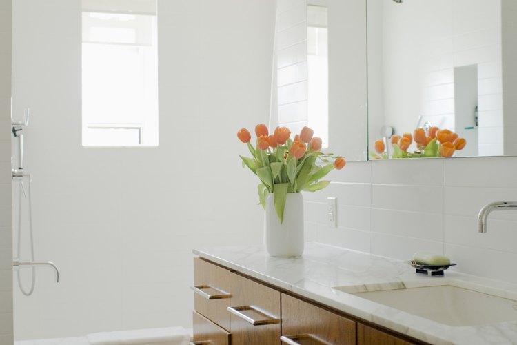 El lustramuebles en aerosol le dará brillo a los azulejos y a las zonas opacas de tu baño y durará varias semanas.