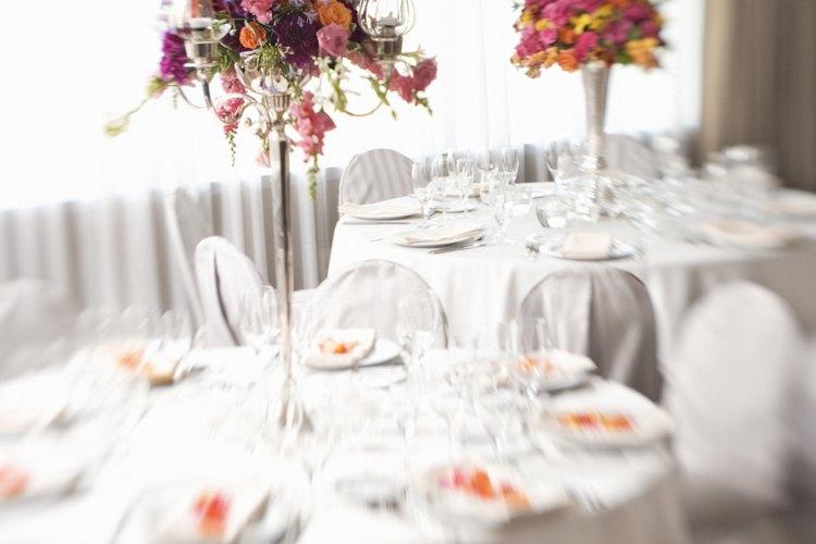 Utiliza un par de floreros o velas anchas en la base, como centros de mesa.