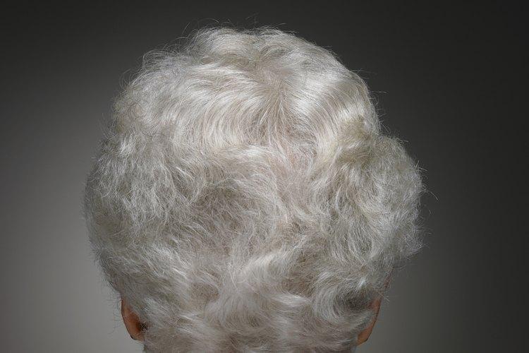 El bicarbonato de sodio blanqueará el pelo gris y blanco de manera natural.