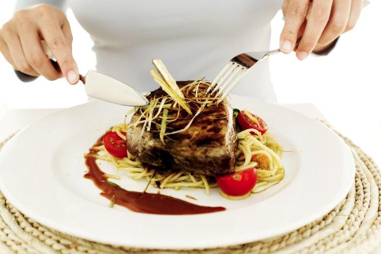 Corta un bocado por vez durante los platos principales.