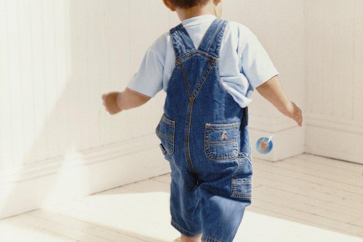 Muchos pequeños ya pueden caminar y correr bien a los 20 meses de edad.