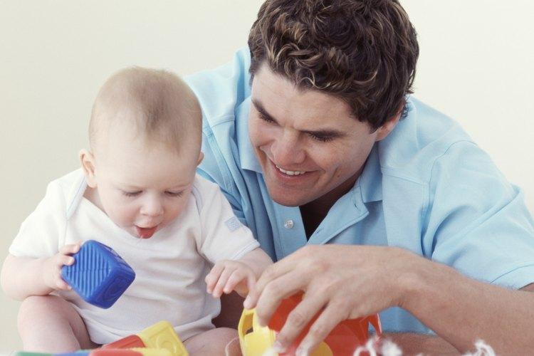 Usa juguetes de colores para animar al bebé a estirarse y alcanzarlos.