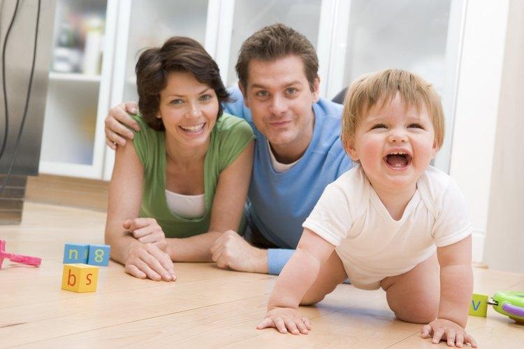 Ponerte abajo en el suelo con tu bebé hace el tiempo de juego más emocionante.