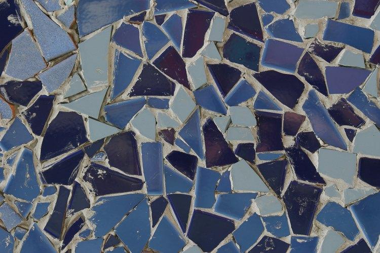 Los mosaicos son un conjunto de pequeñas piezas de cerámica de colores colocados con lechada.