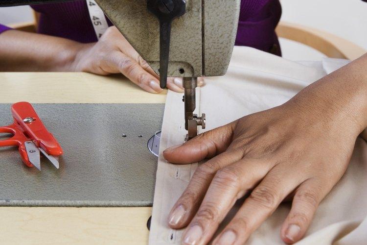 Haz correr un trozo de tela de prueba a través de la máquina recién enhebrada para probar la tensión.