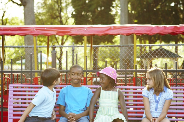 La práctica de deportes como el baloncesto ayuda a los niños a relacionarse y comunicarse mejor.