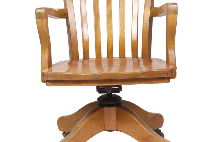 Los muebles tradicionales usan roble teñido para realzar el grano.
