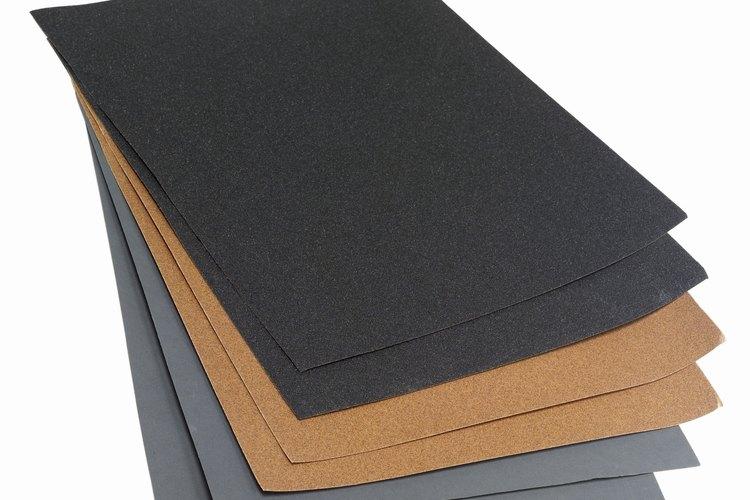 Utiliza un papel de lija muy fino de grano 220 a 240 para lijar entre las capas de tinte o sellador.
