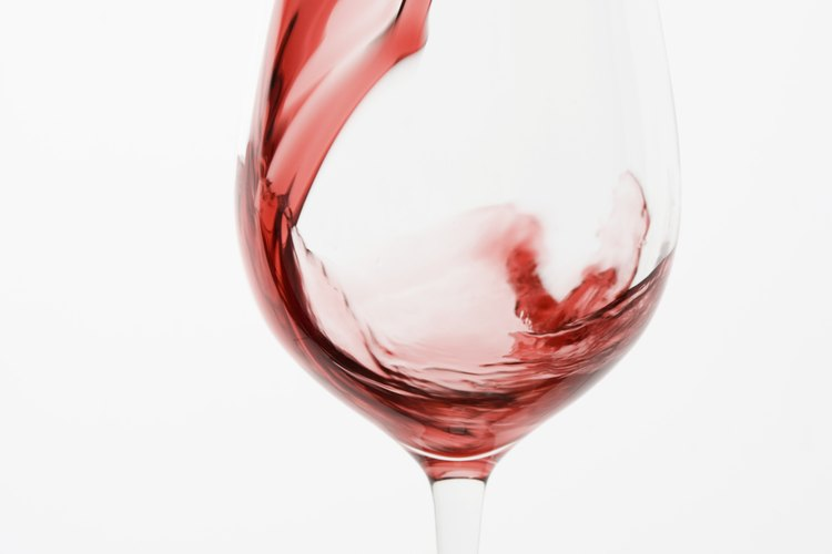 Elige copas de vino o champán rojas grabadas con la fecha de su boda o aniversario.