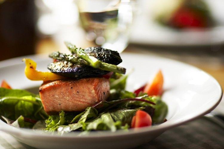 El salmón enlatado es una excelente fuente de proteínas, ácidos grasos omega 3 y vitaminas D y B 12.