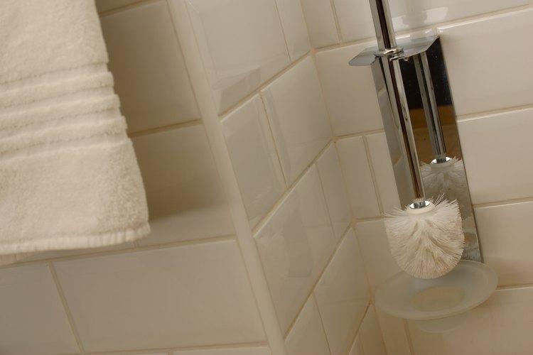 La acción de raspado del cepillo para inodoro ayuda en el proceso de limpieza.
