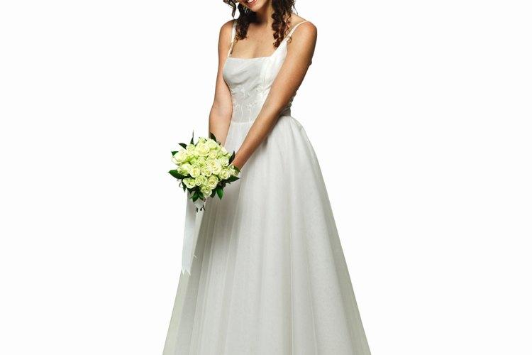 Utiliza una torera de encaje para resaltar aún más tu hermoso vestido de novia.