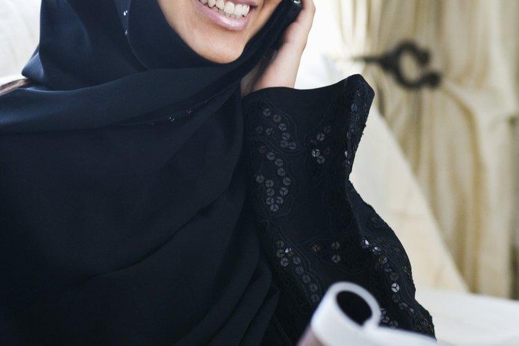 Finaliza la abaya por el recorte de los bordes y la adición de elementos de fijación a lo largo de la longitud.