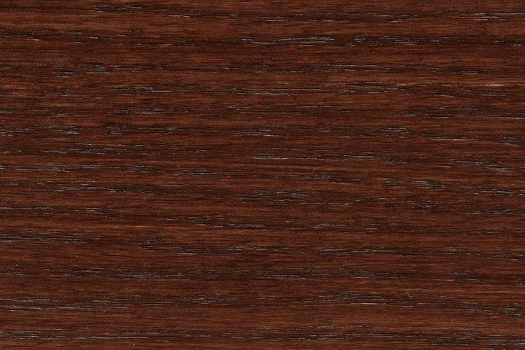 La elección del color de las paredes es muy importante en las habitaciones con pisos de madera oscura.