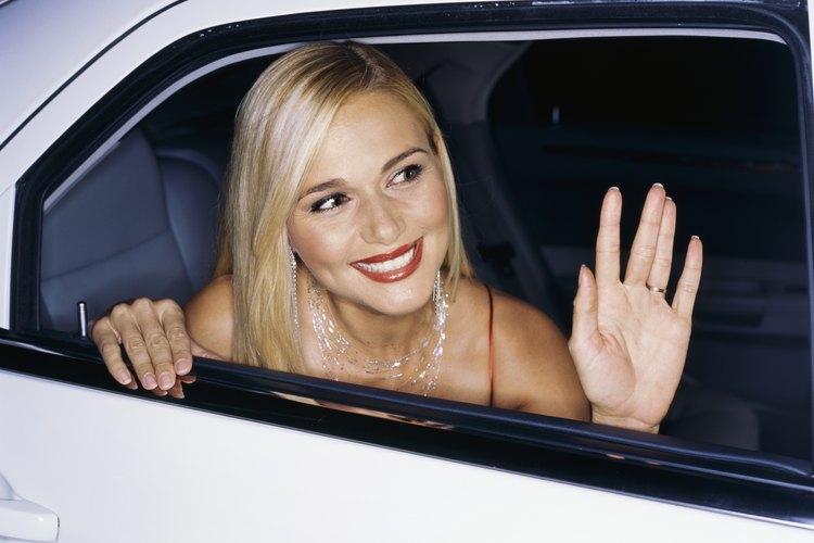 Una estrella saluda por la ventana de una limusina.