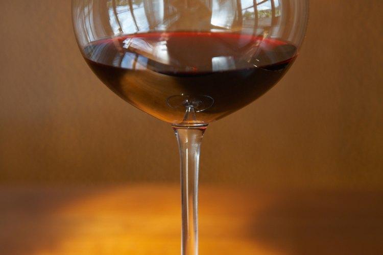 El vino tinto es mejor que el blanco para reducir el colesterol.