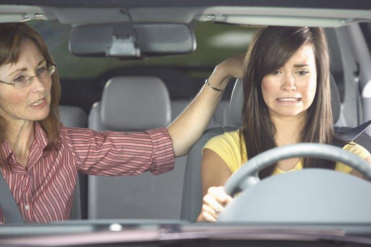 Enseñar a un adolescente a conducir requiere paciencia de pescador y nervios de acero.