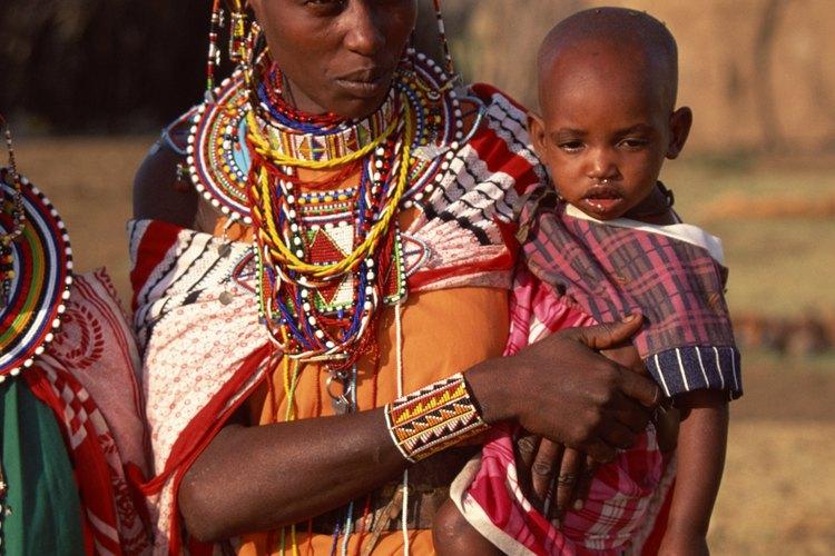 Comprar en tiendas solidarias ayuda a mujeres en países del tercer mundo.