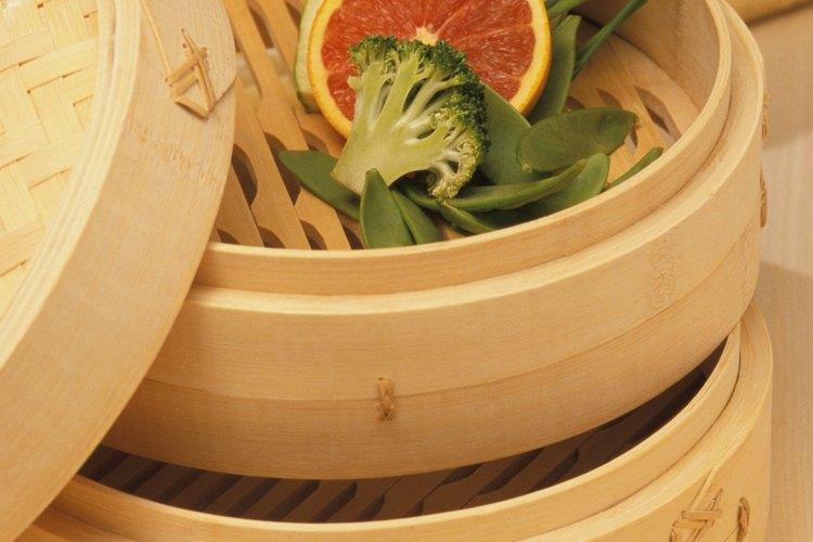 Las vaporeras de bambú están diseñadas para ser puestas en un wok de agua hirviendo para cocinar con vapor.
