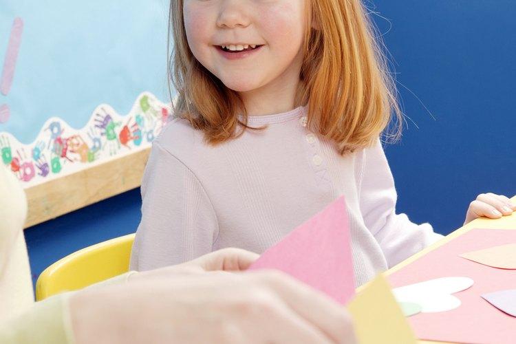Las manualidades ayudan a los niños a aprender haciendo cosas.