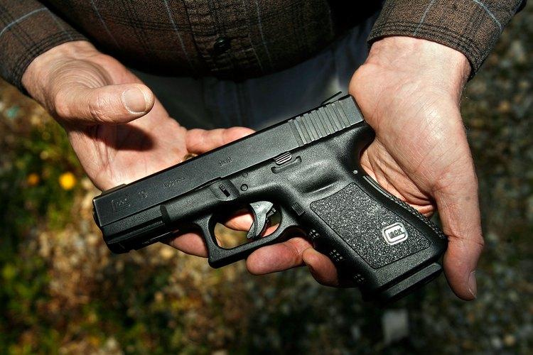 Hombres sosteniendo una pistola Glock 19.