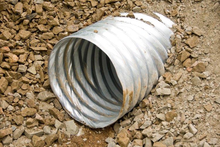 Un buen sistema de drenaje puede evitar que el agua se acumule en tu jardín.