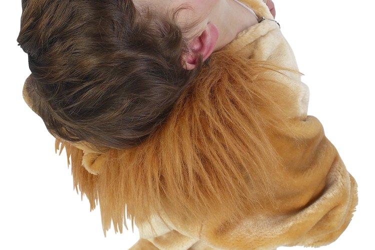 Dale una cola a tu disfraz de león.