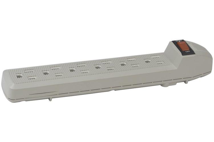 Algunas tiras de enchufes eléctricos ofrecen protección contra aumentos en el voltaje.