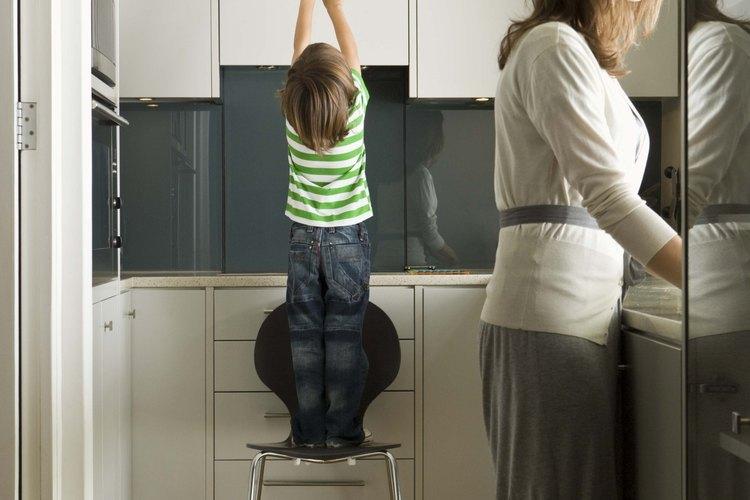 Los gabinetes de aglomerado blanco ofrecen espacio de almacenamiento de cocina de bajo costo.