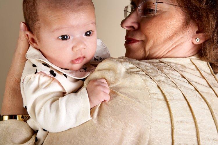 La ley sólo reconoce el derecho de custodia o visita de los padres biológicos o adoptivos del niño.