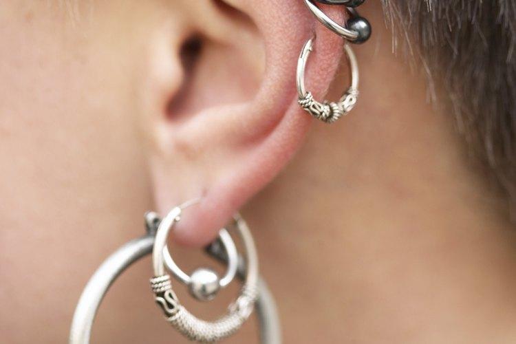 Sigue estos pasos para cambiar los aros de la oreja de forma adecuada.