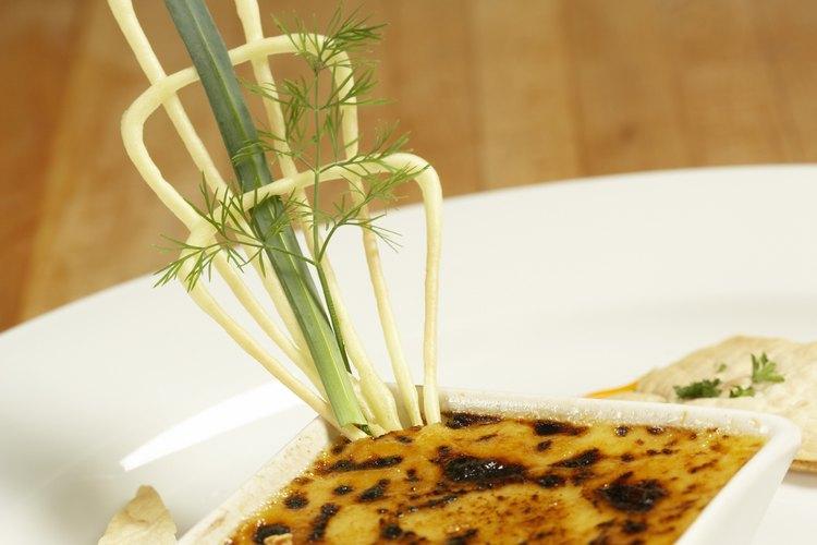 El flan es un delicioso postre español de natillas y azúcar caramelizada.