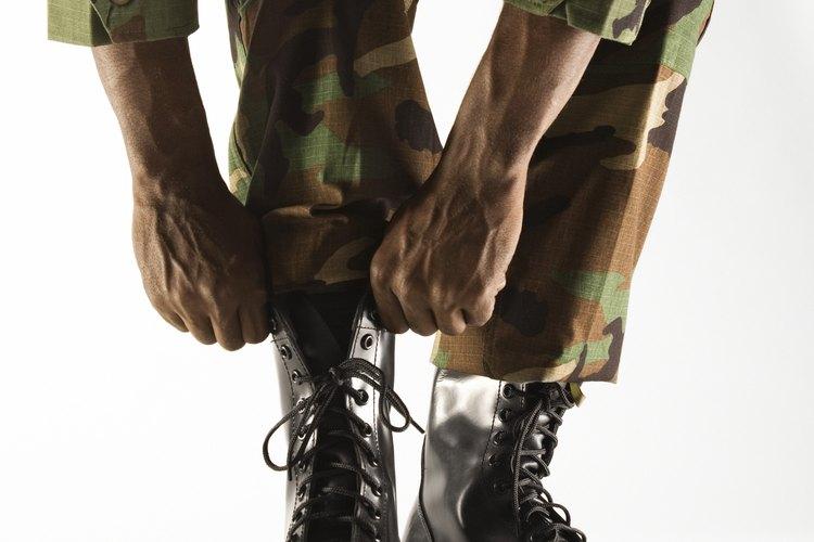 Aunque este uniforme ha sido eliminado del uso militar, aún se requiere que se abuchone.
