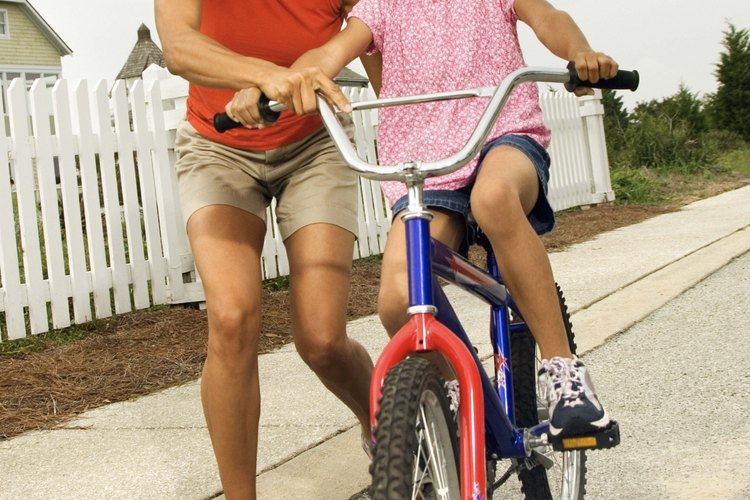 Practica las reglas de seguridad en la bicicleta con tus hijos.
