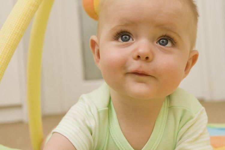 Coloca a tu bebé boca abajo para ayudar a fomentar sus habilidades de rastreo.